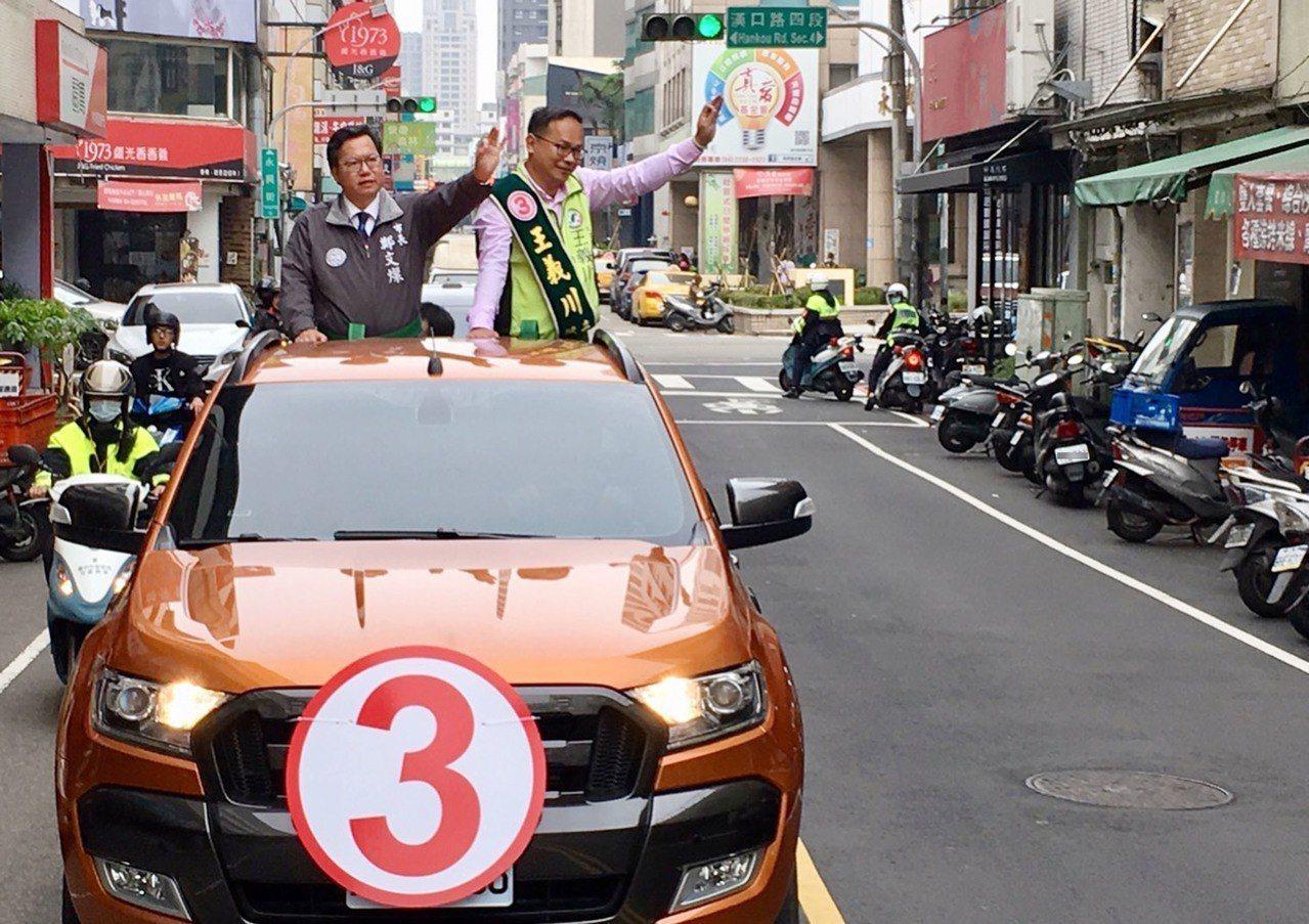 台中市第5選舉區立法委員補選將於27日舉行,民主進步黨籍候選人王義川(車上右)1...