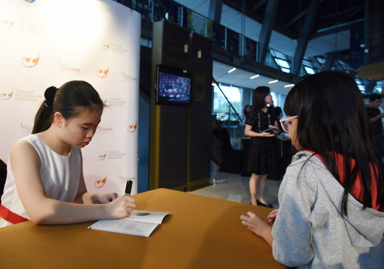 台灣小提琴神童丘祐嘉(左)19日和泰國愛樂交響樂團在曼谷演出。丘祐嘉雖然年僅12...