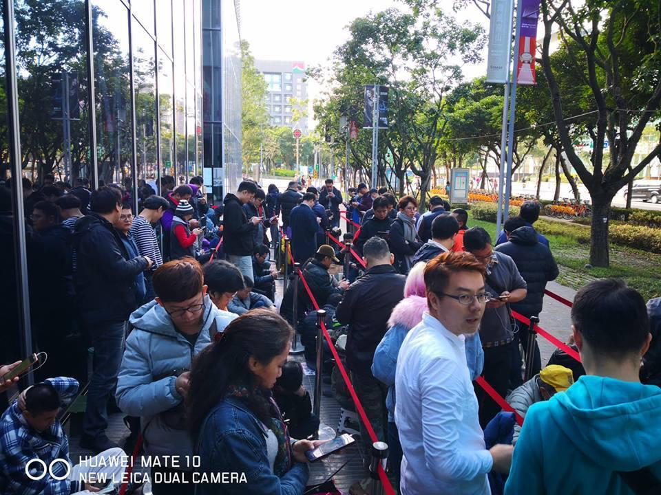 華為新機HUAWEI Mate20 X今(19日)開賣,微風南山體驗店湧現大批排...