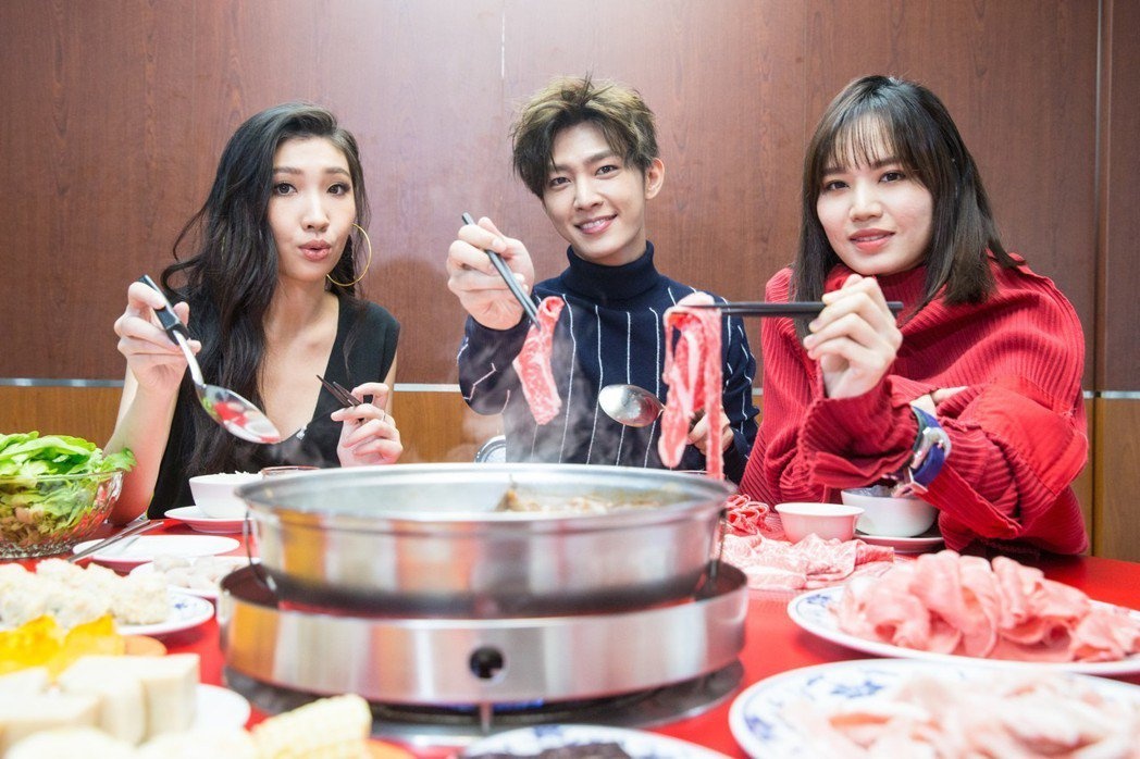 Karencici(左起)、炎亞綸、文慧如吃火鍋。記者鄭清元/攝影