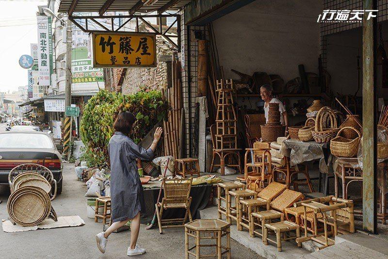 榆橙到竹籐屋與蘇憲祥老師傅話家常。  攝影|行遍天下