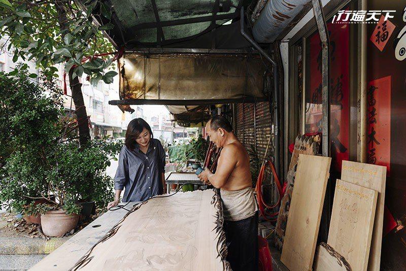 製匾專家吳崑章師傅正專心刻製作品。  攝影|行遍天下