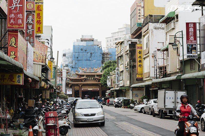 鄰近當地信仰中心雙慈亭、龍山寺兩座古廟的三民路。  攝影|行遍天下
