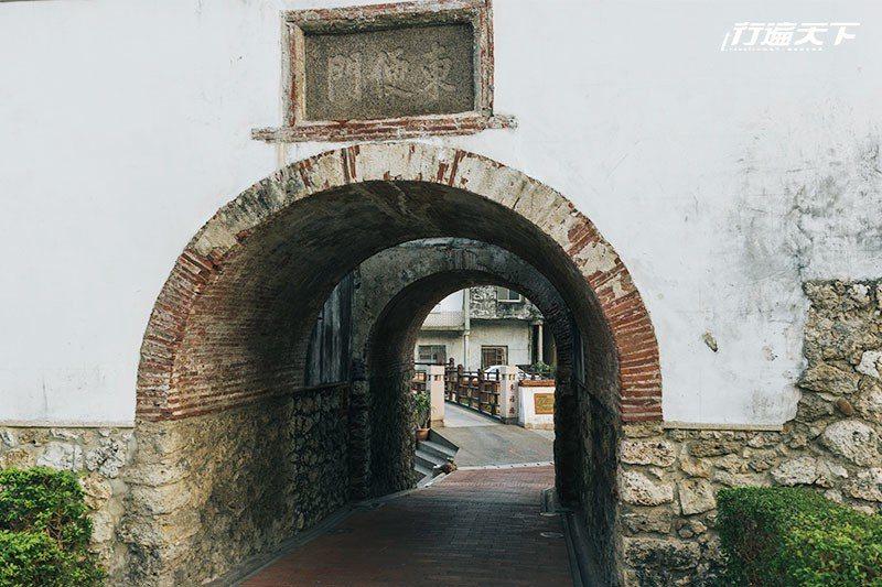 東便門是台灣少數還能行車及行走穿越的老城門。  攝影|行遍天下