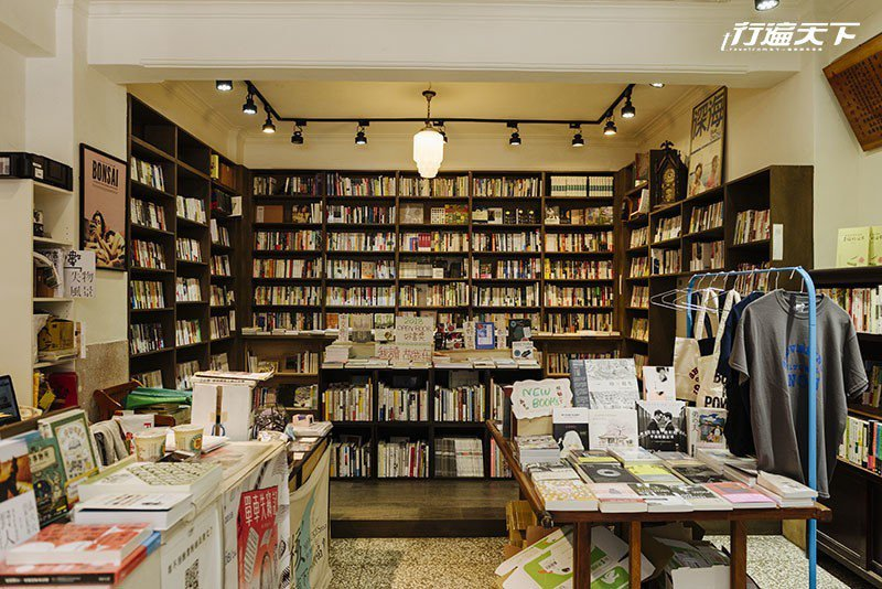 擺滿詩集、文史、藝術創作等豐富的書籍。  攝影|行遍天下