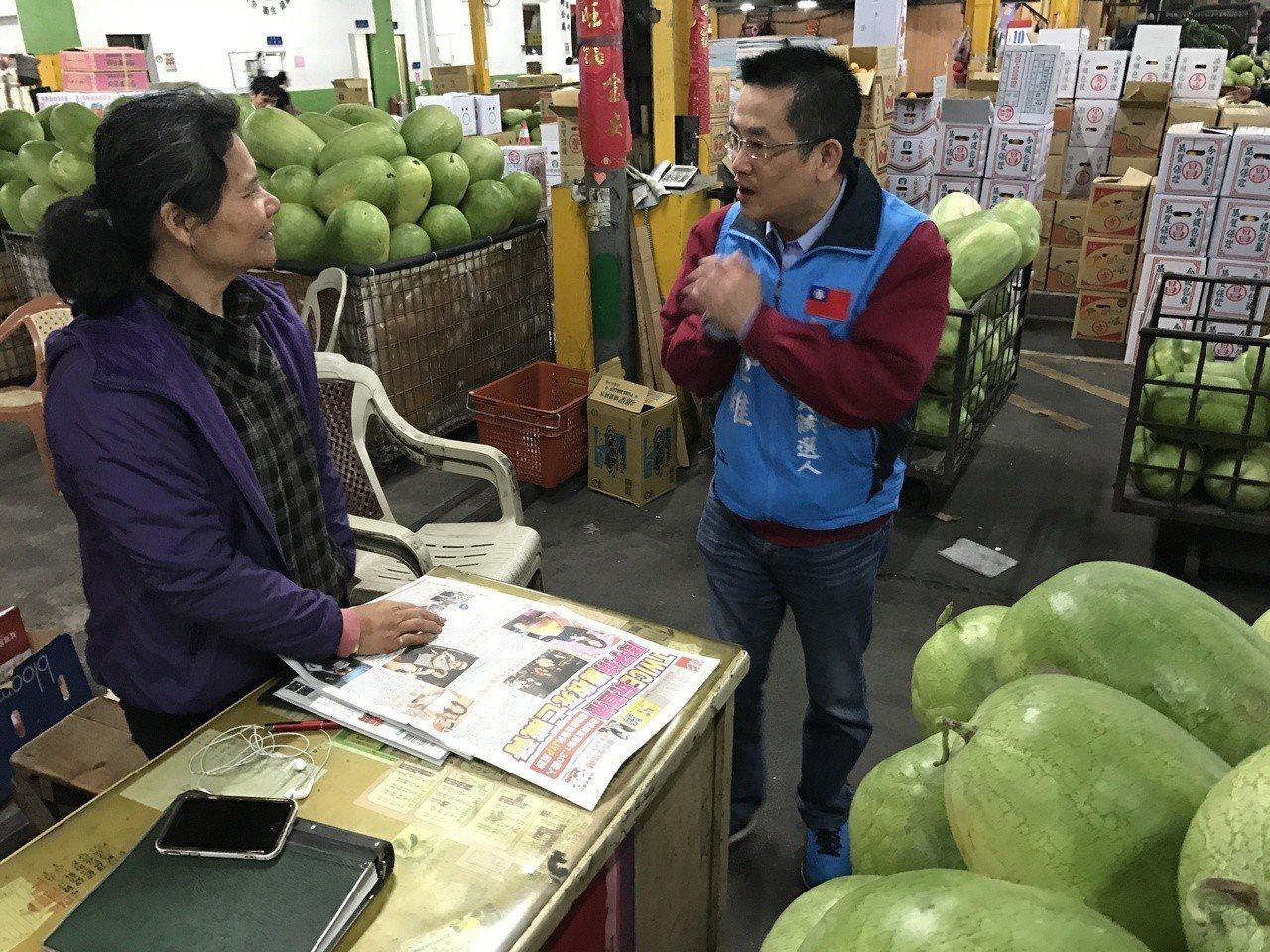代表國民黨參選三重立委補選的鄭世維,今天一早到三重果菜市場拜票。記者陳珮琦/攝影