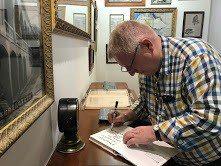 史溫侯先生為英領館研究專書「台灣第一領事館」簽書留念。圖/高雄市文化局提供