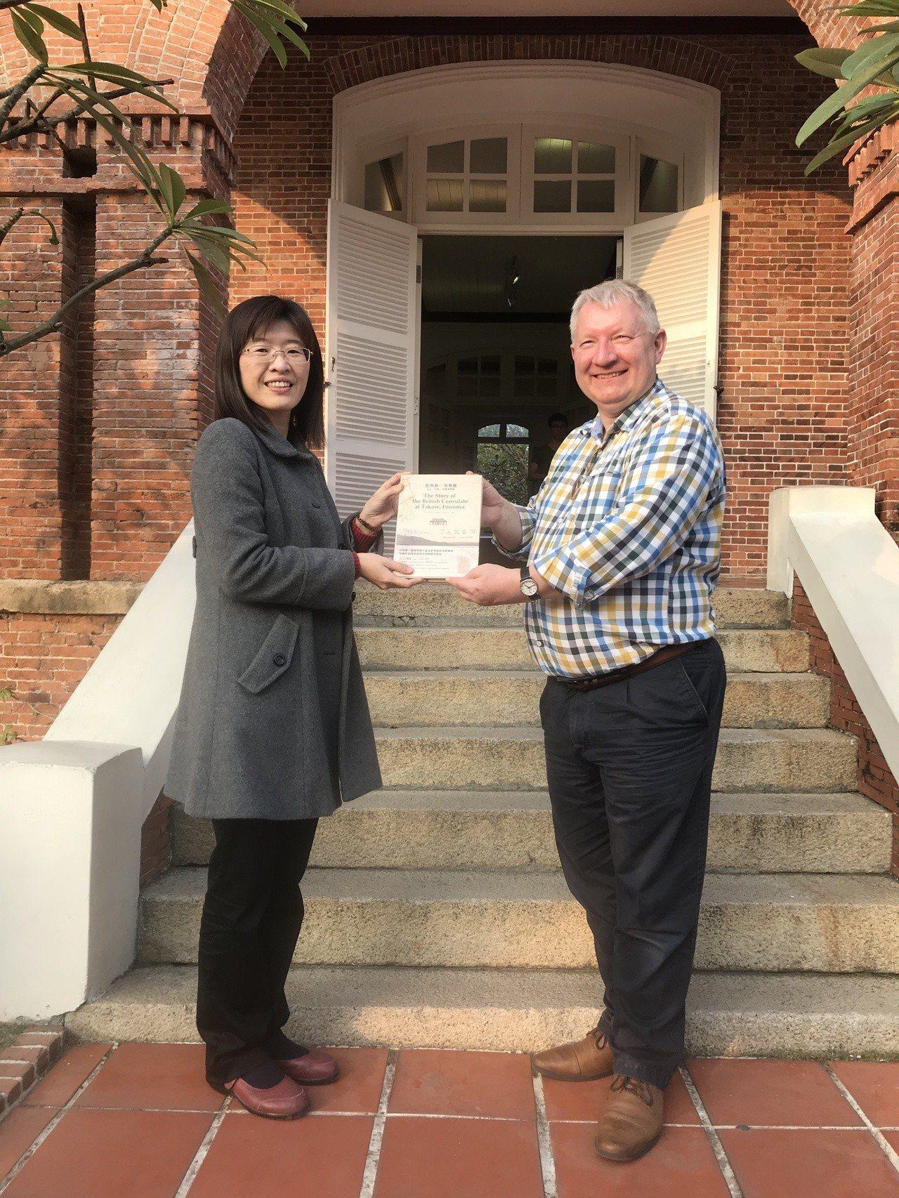 高雄市政府文化局特別贈以英國領事館研究專書,感謝史溫侯領事對台灣的諸多貢獻。圖/...