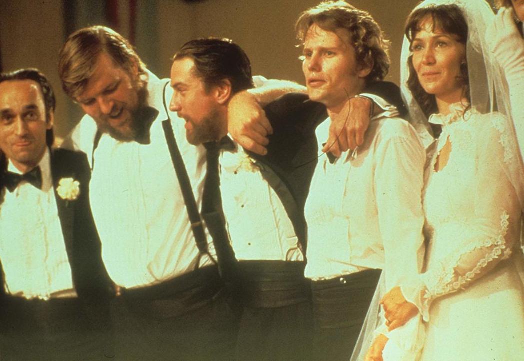約翰卡薩爾(左一)在「越戰獵鹿人」還未上映前已因癌症去世。圖/摘自imdb
