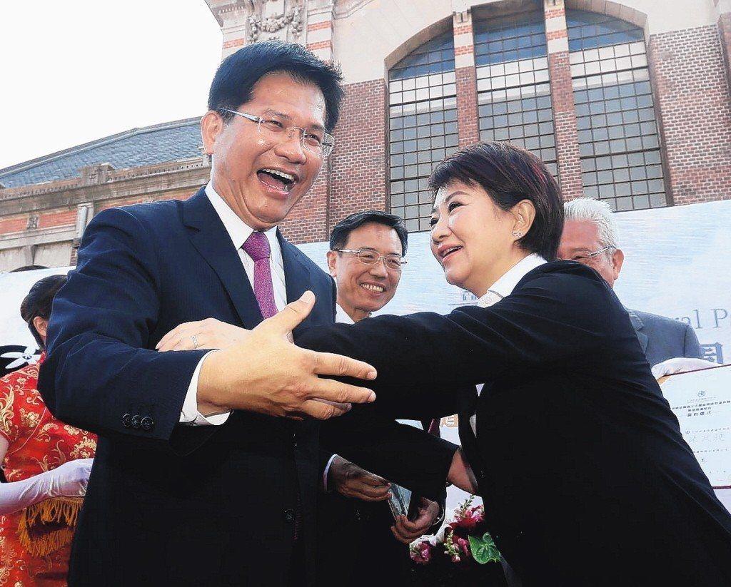 台中市長盧秀燕(右)說暫緩建設「大台中山手線」除非中央補助到位。交通部長林佳龍說...