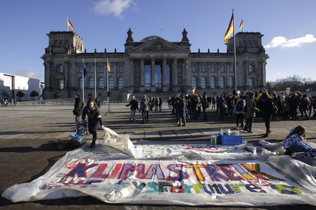 數千名德國和瑞士學生18日上街遊行,抗議政府未積極對抗氣候變遷。美聯社