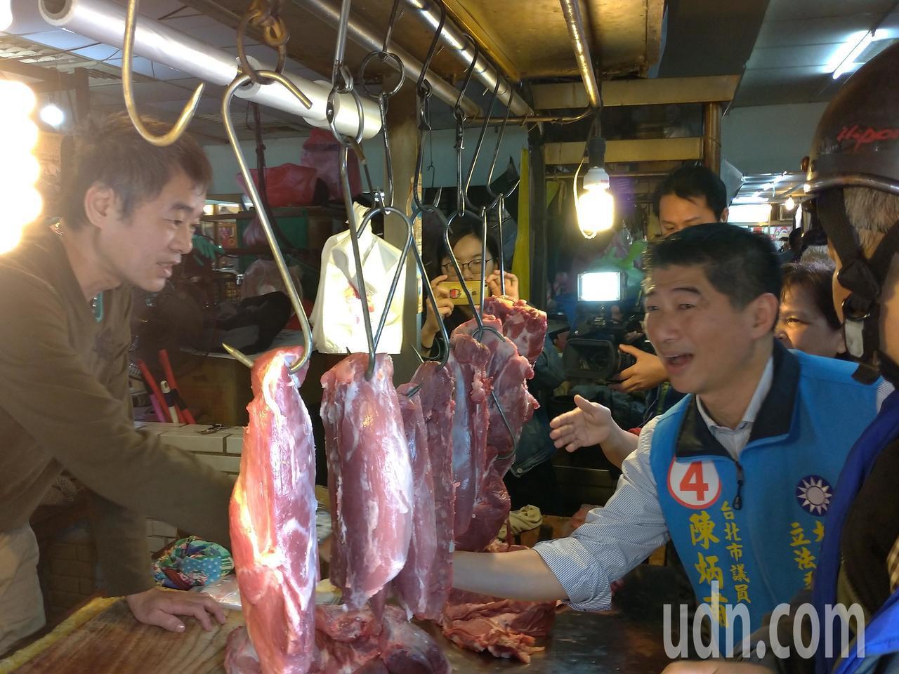 國民黨立委候選人陳炳甫今早至蘭州市場拜票。記者莊琇閔 /攝影