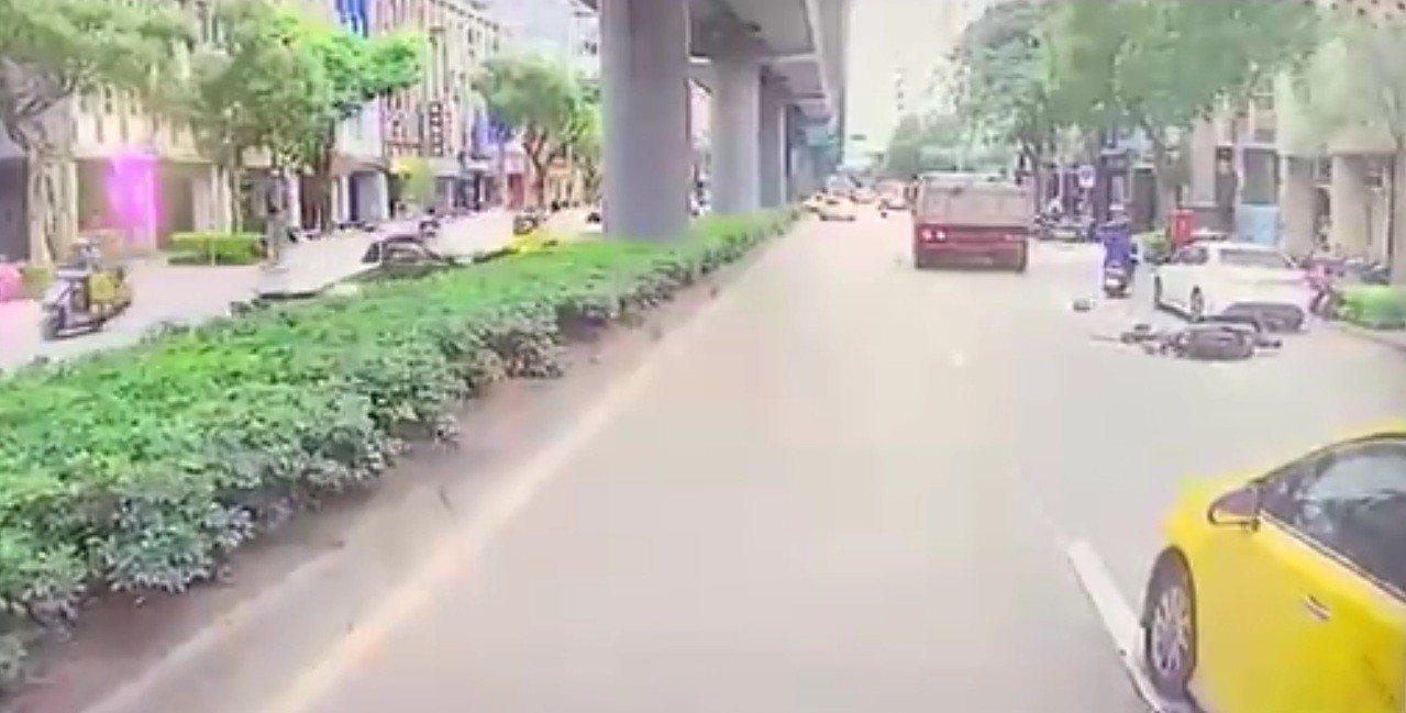 北市昨天在和平東路、敦化南路口附近發生一起女機車騎士遭砂石車輾爆頭車禍。圖/警方...