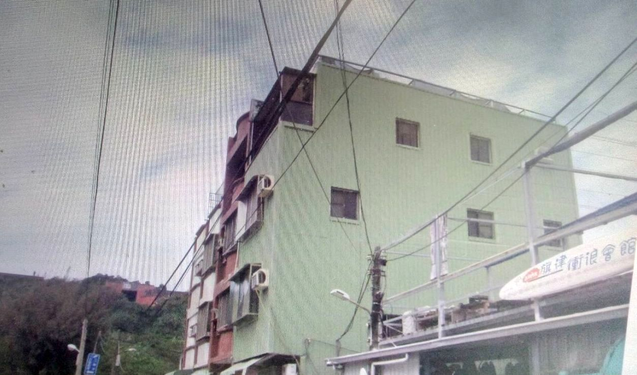 警方與台電初步勘查電線,發現是衝浪運動愛好者所承租的房子拉出電線。記者林保光/翻...