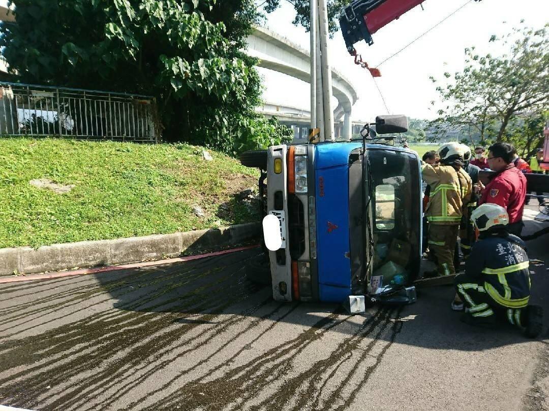 台北市圓山河濱公園發生小貨車翻覆意外。記者李承穎/翻攝