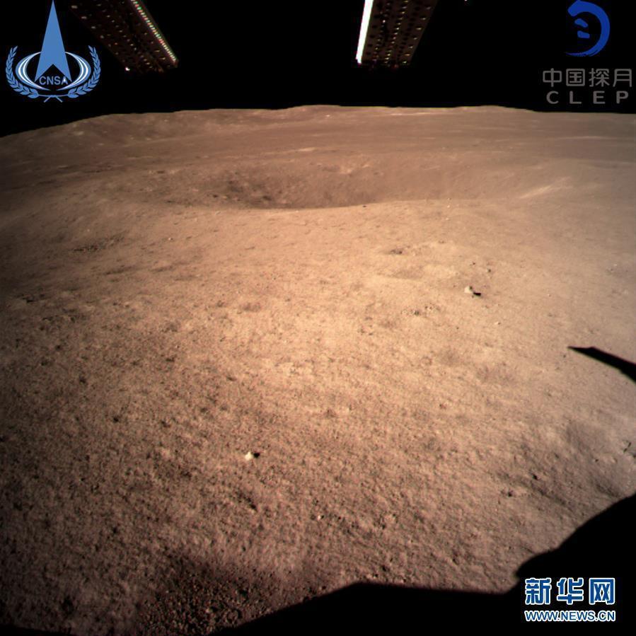 「嫦娥四號」所拍攝的著月球背面圖像。(取自《新華網》)