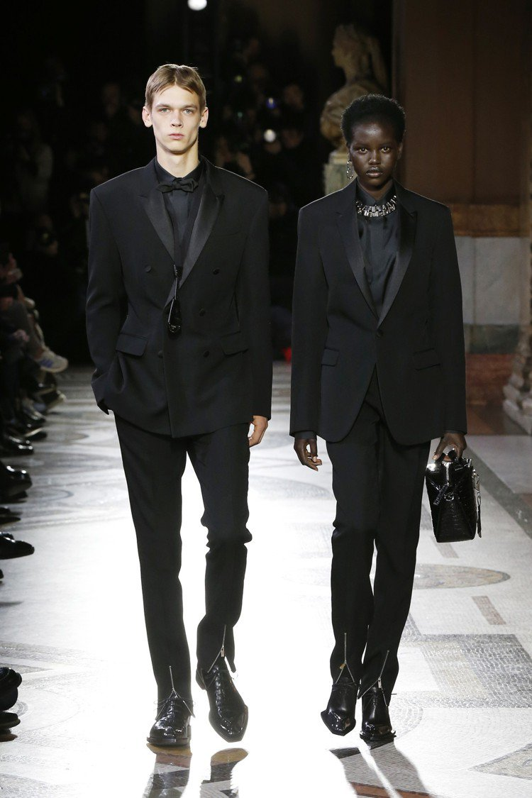 壓軸的黑色西裝由男女模共同展演。圖/Berluti提供