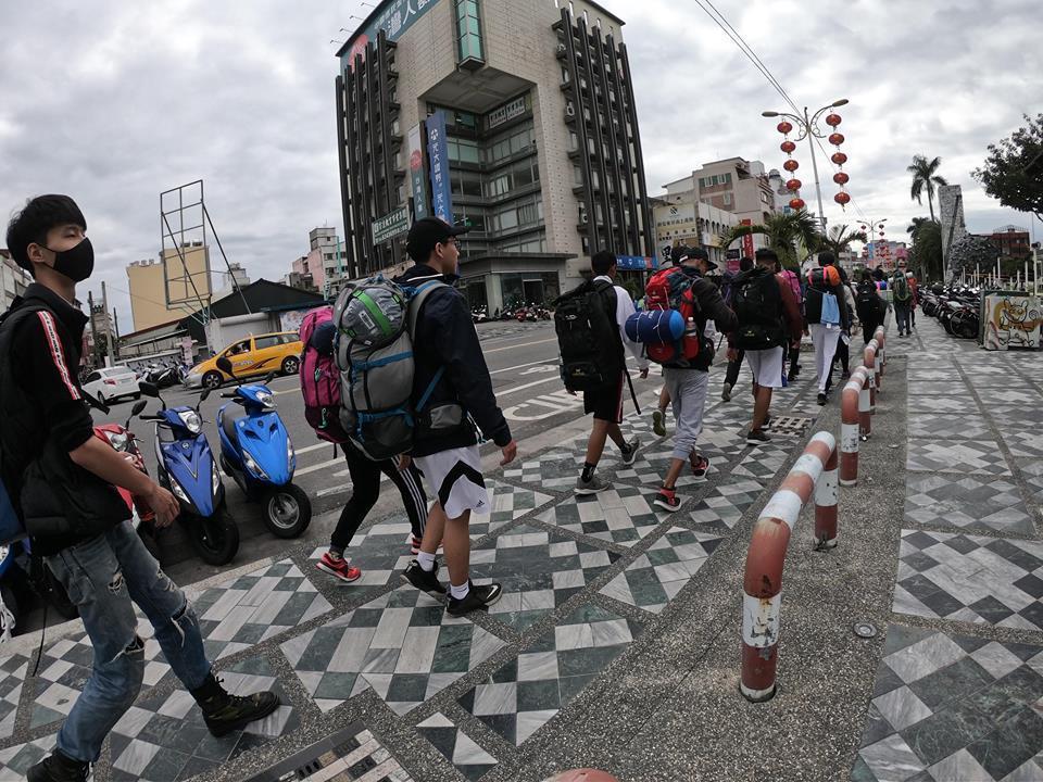 學員精神抖擻地邁步向前,11天要走200公里,拜訪8所原鄉小學。圖/方信淵提供