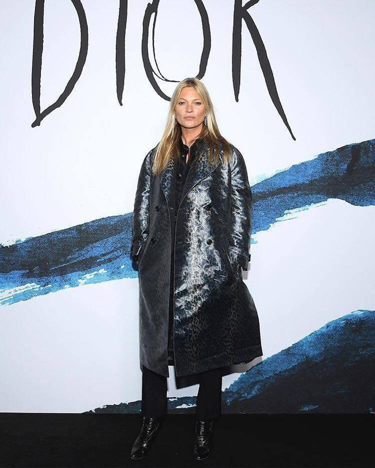 日前剛過生日的資深名模凱特摩絲熱情捧老友場,搶先穿上豹紋主題的2019秋冬新裝。...