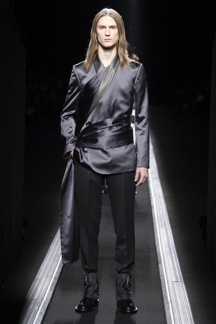 同色系長絲巾在西裝內外優雅纏繞綁身的設計,靈感來自1955年迪奧的高級訂製服。圖...