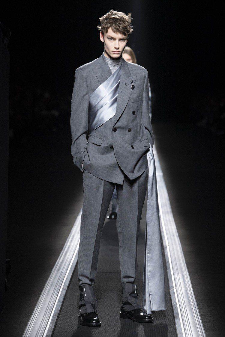 在西裝上隨意纏繞、彷彿長絲巾優雅的穿法,受外媒一致好評。圖/Dior提供