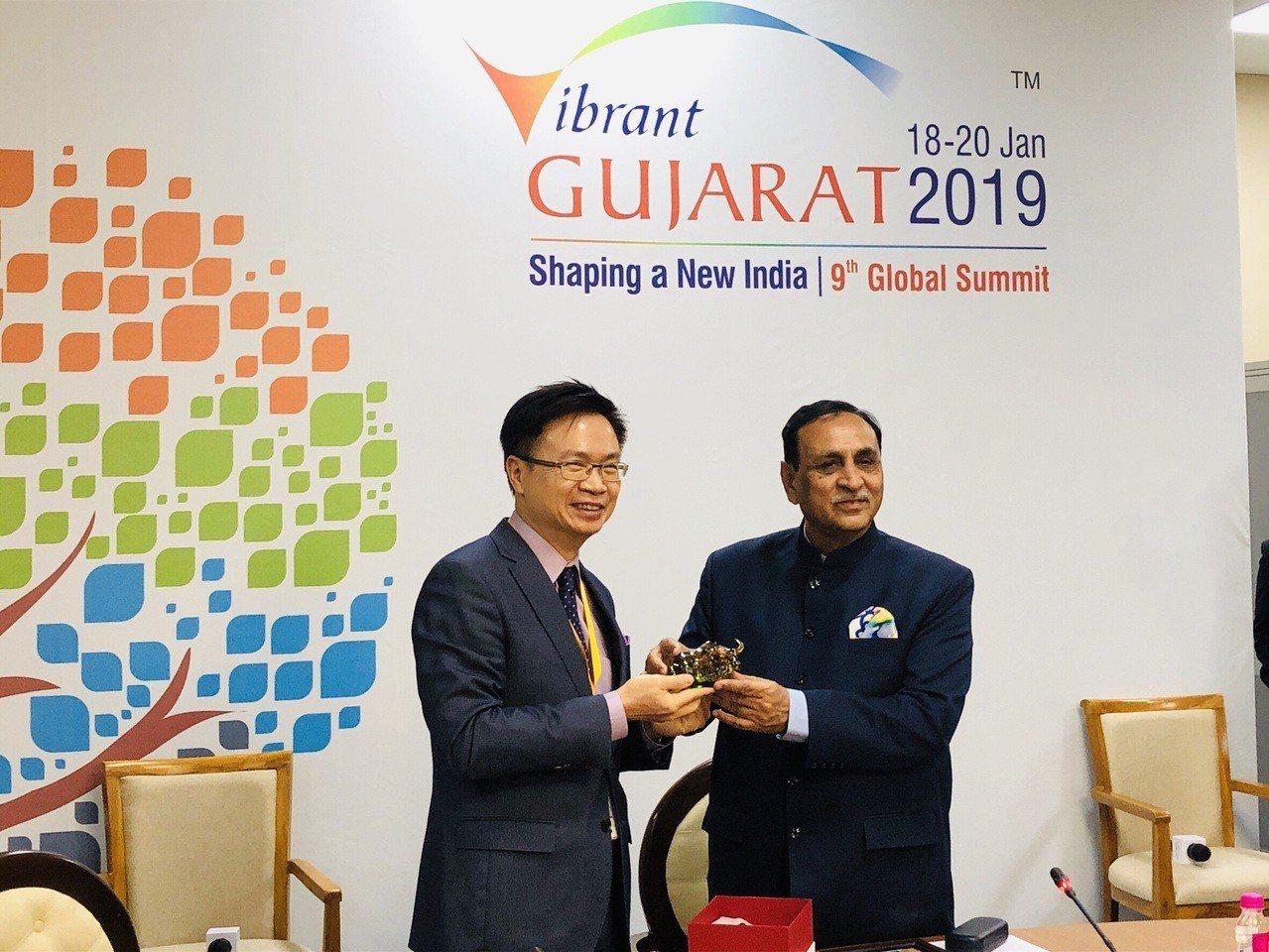 印度古吉拉特州州長Mr. Vijay Rupani(右)親自接見由外貿協會董事長...