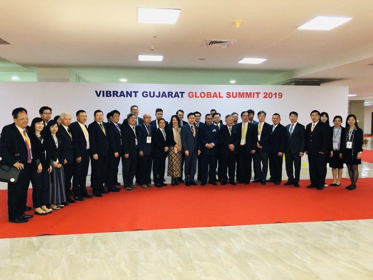 印度古吉拉特州州長Mr. Vijay Rupani與台灣投資團合影,包括智邦科技...