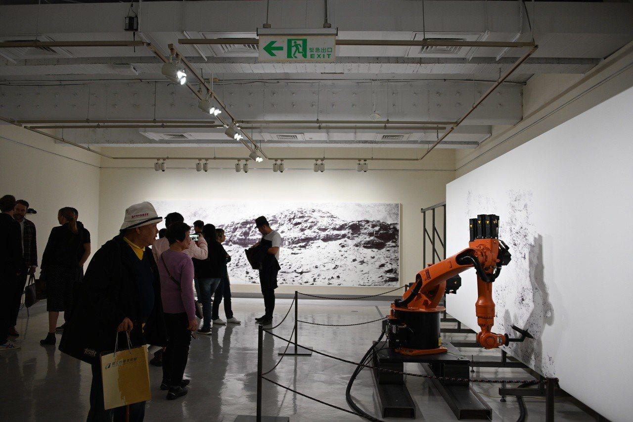 大型自動機械繪畫裝置「the big picture」將在4個月內,由機器人揮動...