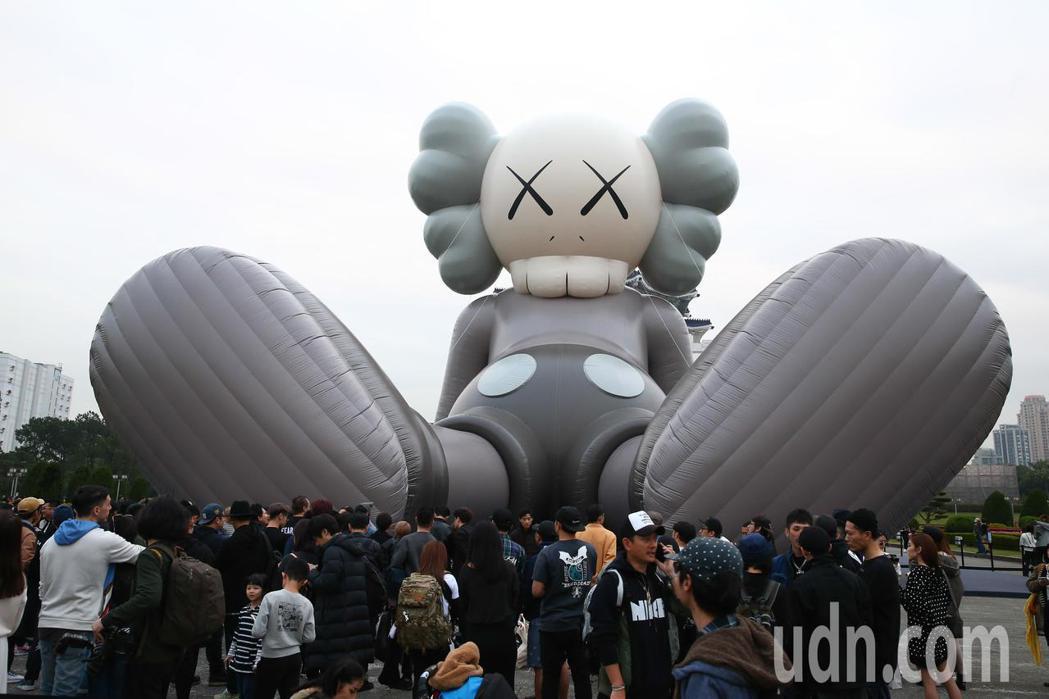 KAWS:HOLIDAY在台北中正紀念堂展出巨型藝術品。記者葉信菉/攝影