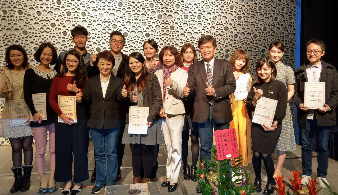 台中市護理師護士公會今舉辦會員代表大會,選出的12名護理專業形象代言人由台中市長...