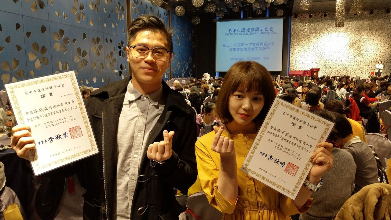 護理師李芳瑩(右)、陳威霖(左)等人獲選為護理專業形象代言人。記者趙容萱/攝影