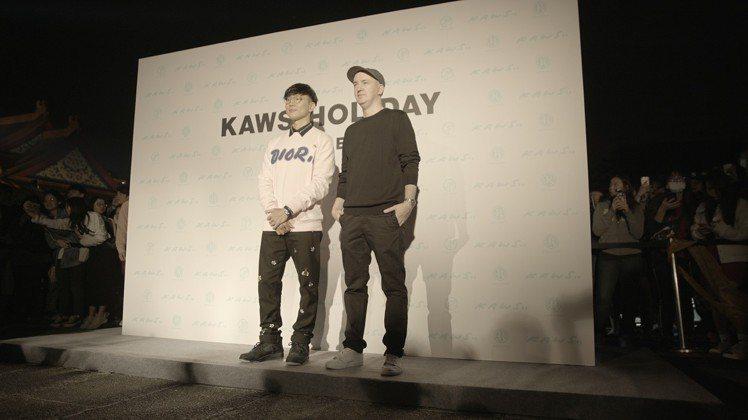 林俊傑和藝術家KAWS在《KAWS:HOLIDAY》揭幕現場合影。圖/記者楊詩涵...