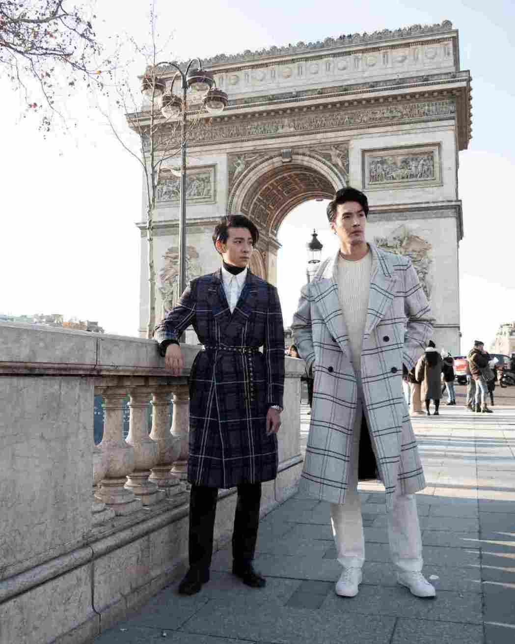 錦榮與師弟彭千祐(左)一起在巴黎凱旋門前展現帥氣丰采。圖/吾貳不作娛樂提供