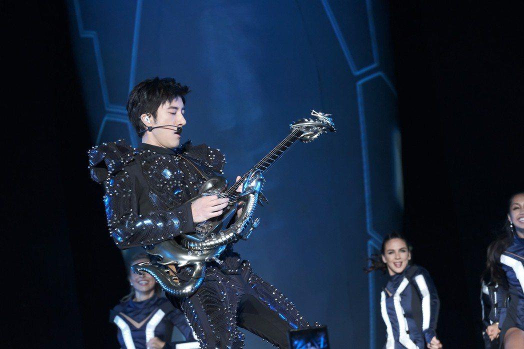 王力宏(中)率16名舞者,士氣高昂齊舞演唱「蓋世英雄」。圖/宏聲文化提供