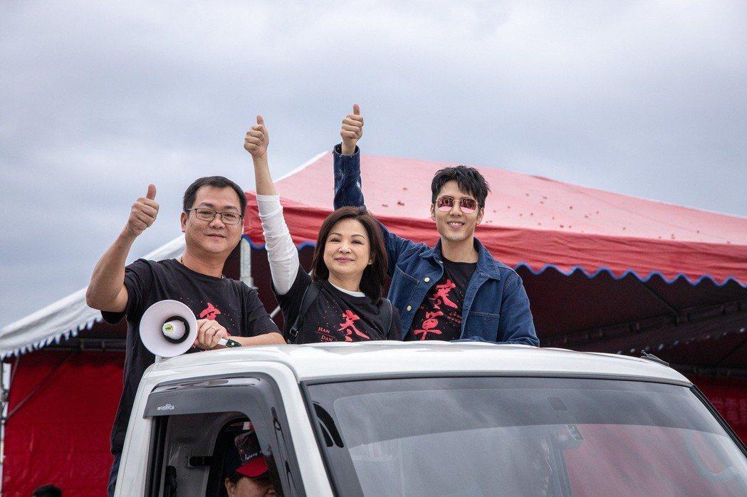 「寒單」導演黃朝亮(左起)、楊貴媚、胡宇威遊街接受台東鄉親歡呼。圖/想亮影藝提供