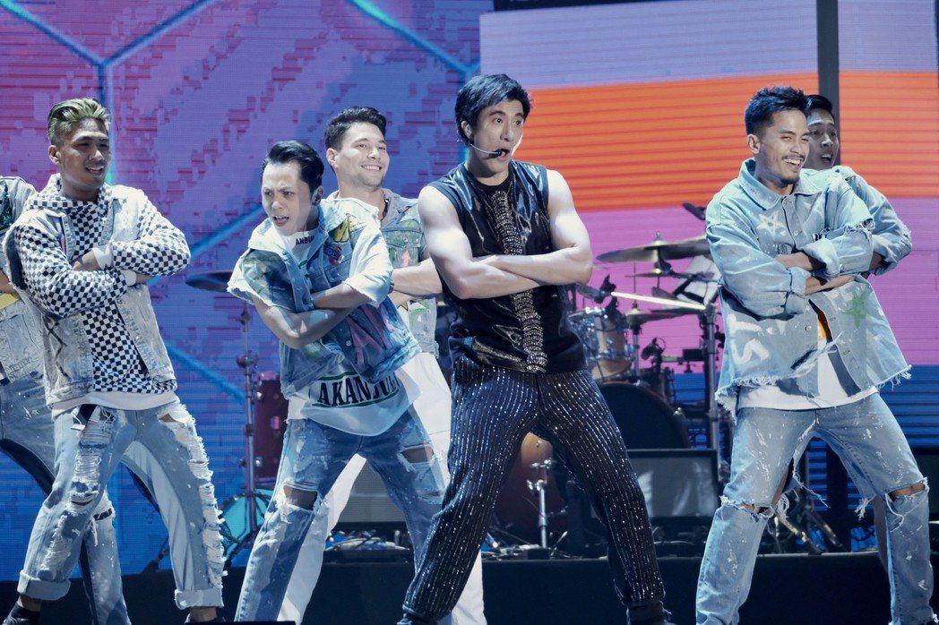 王力宏(右二)在個唱載歌載舞。圖/宏聲文化提供