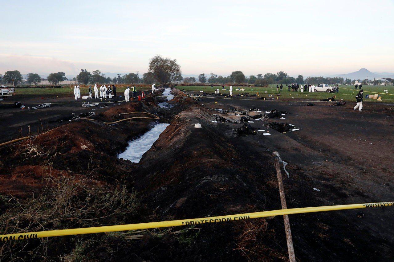 火勢已經撲滅,鑑識人員19日一早在現場採證。(路透)