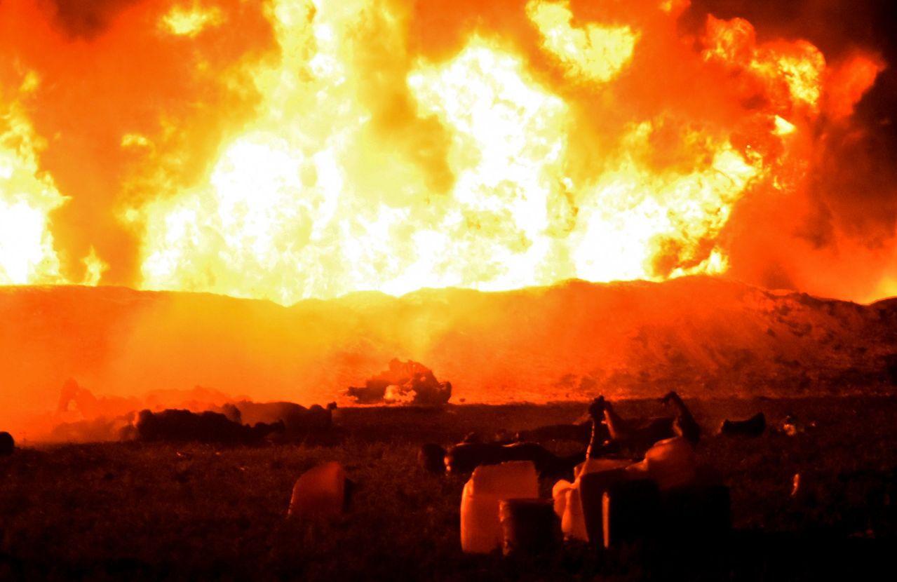 墨西哥一處輸油管18日晚間發生爆炸及火災,火勢非常猛烈。(法新社)