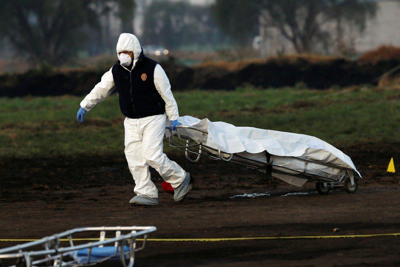 鑑識人員19日上午清理現場,拉著一只裝有遺體的屍袋。(路透)