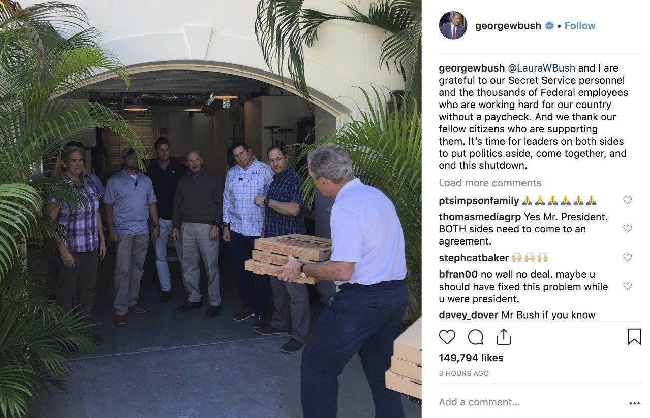 美國前總統布希(右)18日在IG上傳照片,他拿著披薩親自送給負責保護他的特勤局人...