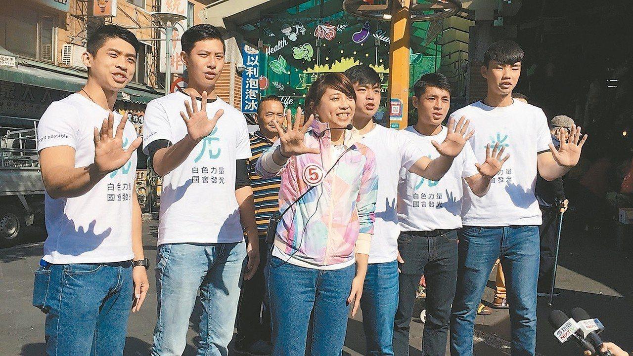 「柯家軍」陳思宇找來年輕支持者陪同掃街拜票。 圖/陳思宇辦公室提供