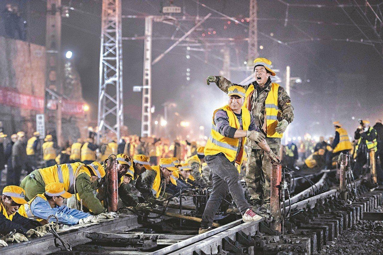 大陸「穩就業」已成了春節前夕比貿易戰還需要優先解決的問題。圖為西安火車站改擴建工...