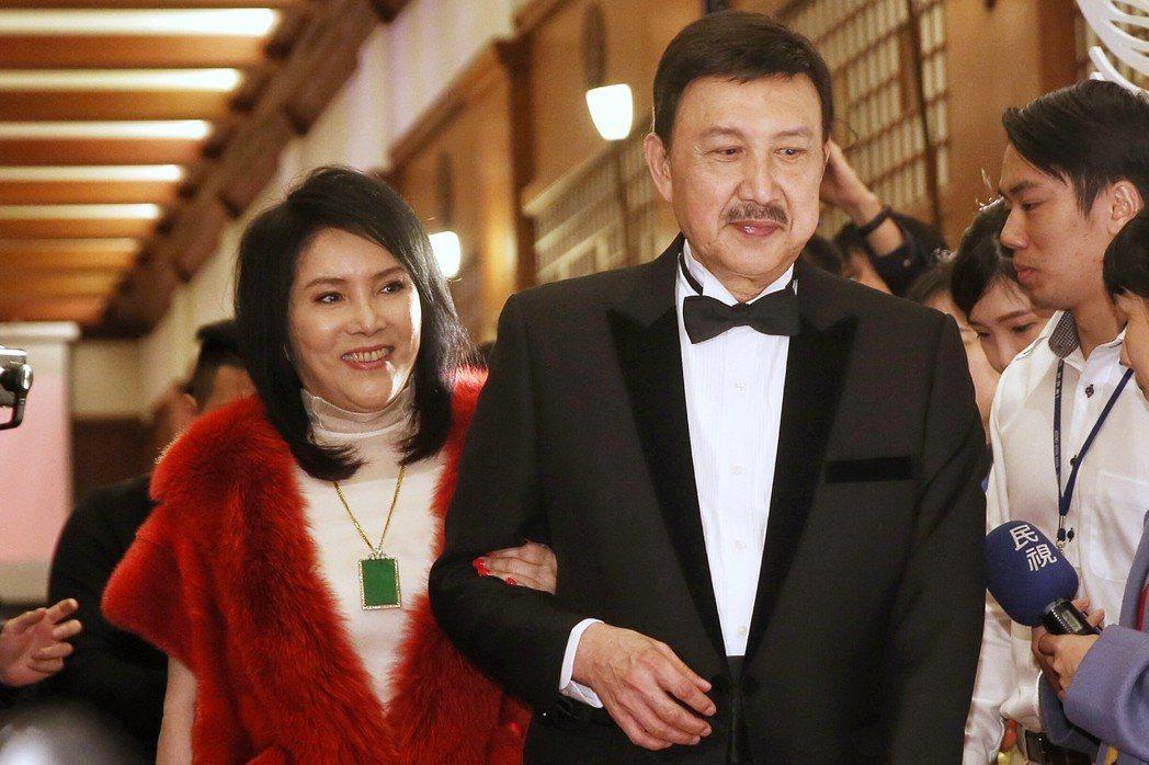 余天(左二)與李亞萍(左一)的二女兒余苑綺昨天在圓山大飯店補辦婚宴。記者林伯東/...