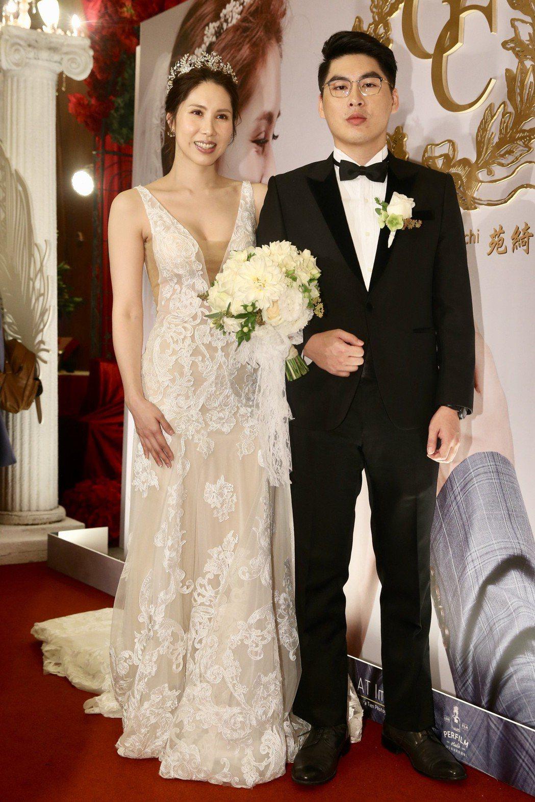 余天二女兒余苑綺(左)與先生陳鑒(右)昨天在圓山大飯店補辦婚宴。記者林伯東/攝影