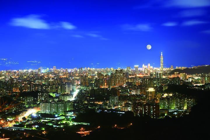 新北市中和區南山福德宮24小時開放參拜,還能觀夜景,因此不分早晚都人潮滿滿。圖╱...