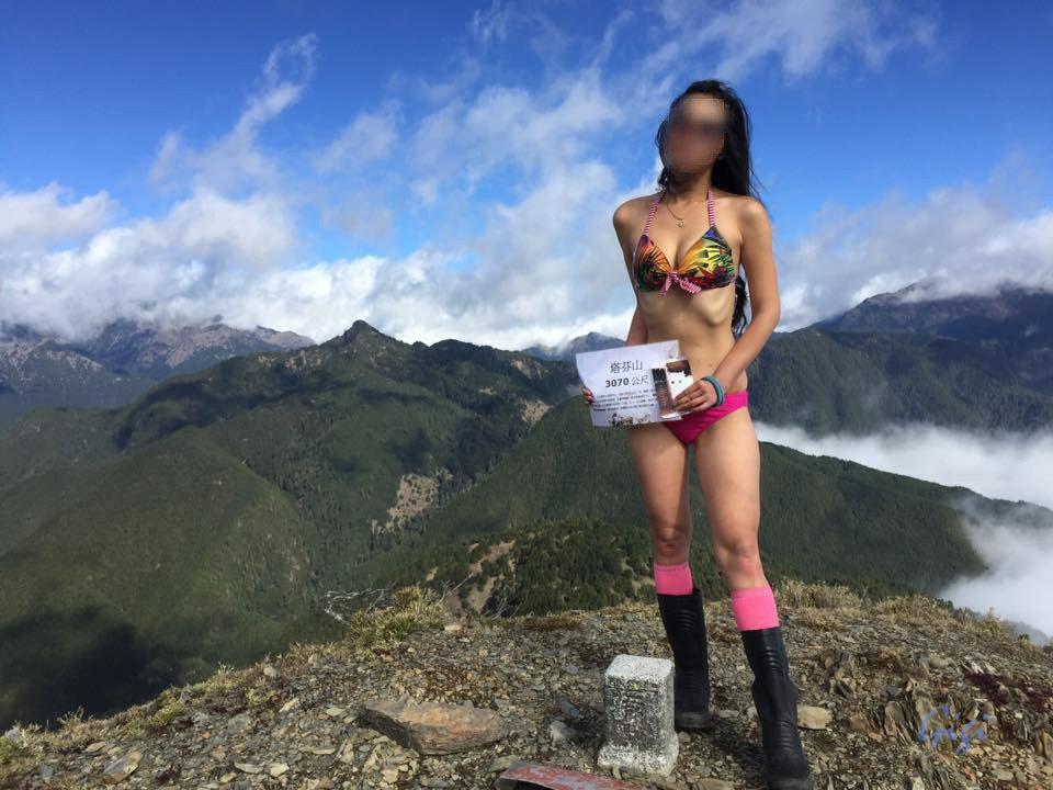 「比基尼登山客」涉嫌「爬黑山」,若屬實將被開罰。圖/翻攝自臉書