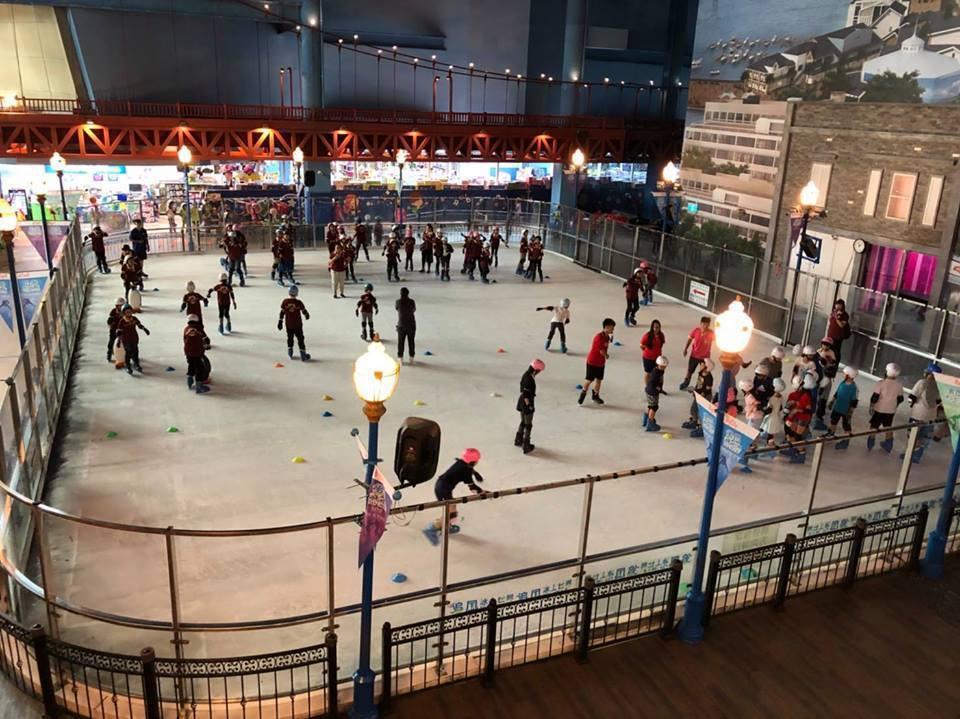 新竹遠東巨城購物中心為複合式百貨公司內設有溜冰場深受大小朋友喜愛。圖/新竹遠東巨...