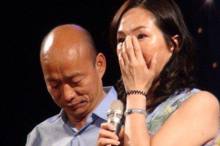 選前之夜,高雄市長候選人韓國瑜(左)在十幾萬人面前落淚,因為太太李佳芬的一段感性...