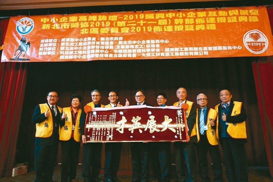 新北市政府副市長吳明機(左五)主持新會長許賢成(左四)佈達儀式。 金萊萊/攝影