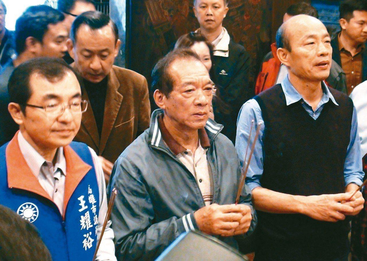 韓國瑜(右)今天承認的確有在台北市府上班三天。 記者謝梅芬/攝影